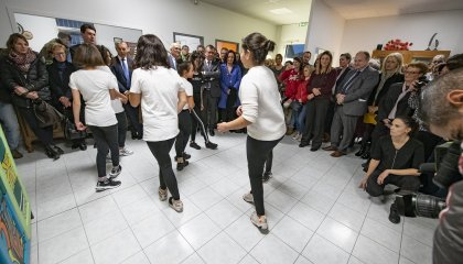Adolescentes dansants, inauguration Maison des Adolescents